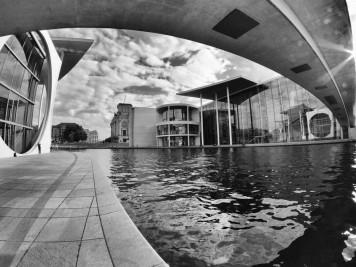 Paul-Löbe-Haus und Jakob-Mierscheid-Steg am Spreebogen Berlin