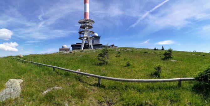 Brockengarten und Funkmast der Telekom