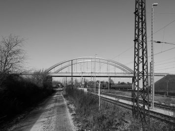 Brücke der B6n, Bahngleise