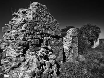 Mauerreste an der Westseite der Burgruine Arnstein in Herkerode