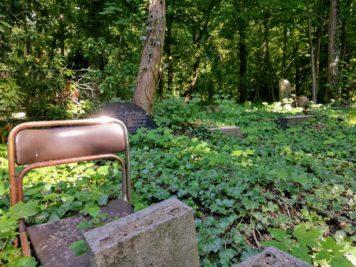 Wer mag vor Jahren auf diesem in der Erde eingesunken Stuhl getrauert haben - Dessau Friedhof 3