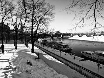 Dresden - Am Terrassenufer, Augustusbrücke im Hintergrund