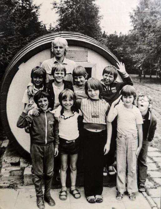 Gruppenfoto: Ferienlager Neudorf von 1981 - 9 Jungs und Gruppenleiter Veit vor dem Fass