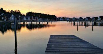 Hafendorf Zerpenschleuse, Bootsanleger und Häuser