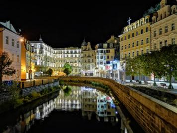 Karlsbad: Nová louka und Grandhotel Pupp bei Nacht
