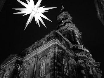 Kreuzkirche Dresden und Weihnachtsstern vom Striezelmarkt (Huawei P9 schwarz-weiß, ISO 500)