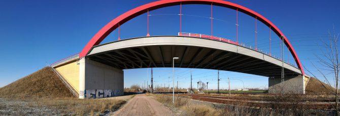 Panorama der roten B6n-Brücke in Köthen