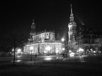 Residenzschloss Dresden bei Nacht (Huawei P9 schwarz-weiß, ISO 3.200, 1/17s Belichtungszeit)