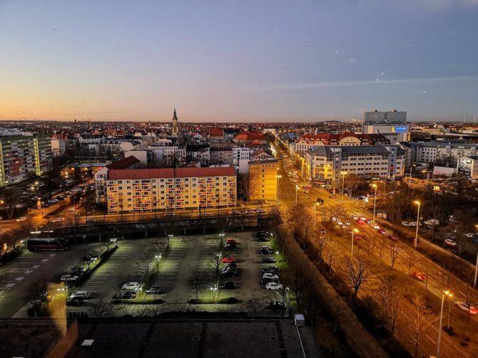 Abendlicher Blick den Norden von Leipzig aus dem 13. Stockwerk des The Westin Hotels