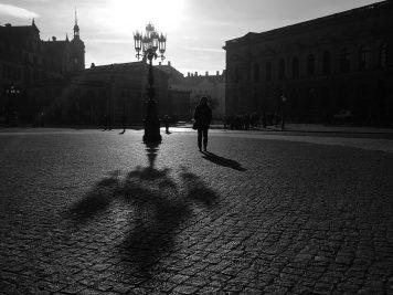 Volles Gegenlicht zur Mittagszeit, Theaterplatz Dresden (Huawei P9 schwarz-weiß, ISO 50)