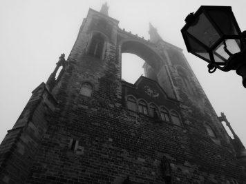 Türme der Jakobskirche Köthen im Nebel