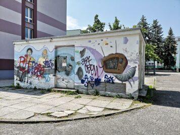 Stromhäuschen mit Graffitis vor der Sekundarschule I