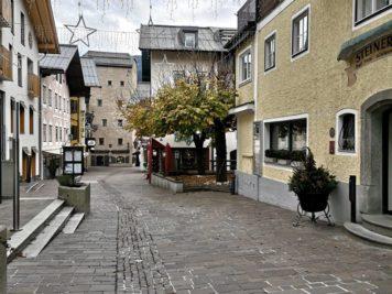 Zell am See - Dreifaltigkeitsstraße mit Hotel Steinerwirt, dem Ginhouse und Vogtturm am Ende der Straße
