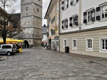 Turm der Pfarrkirche zum Heiligen Hippolyt am Stadtplatz in Zell am See