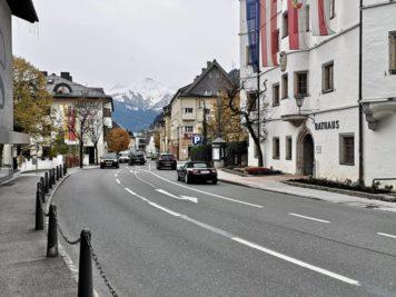 Zell am See - Rathaus und Blick auf das Bergpanorama des Kitzsteinhorns