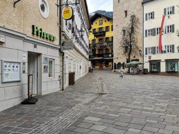 Zell am See Stadtplatz mit Vogtturm und Sporthotel Lebzelter sowie Cella Central Historic Boutique Hotel