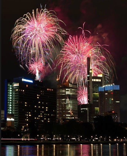 Feuerwerk hinter einer Skyline in Frankfurt